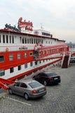 伏尔塔瓦河河的河岸的浮动Albatros旅馆 免版税图库摄影