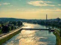 伏尔塔瓦河河鸟瞰图有特罗哈桥梁的在布拉格 免版税库存照片