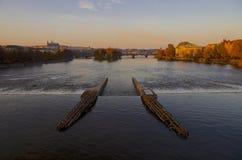 伏尔塔瓦河河&布拉格城堡在秋天 库存照片