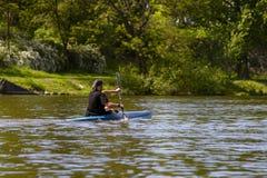 伏尔塔瓦河,捷克, 2017年5月14日 漂浮在河下的独木舟的游人 一个暑假 在森林河的春天 免版税库存照片