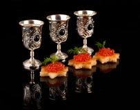 伏特加酒和在银器的红色鱼子酱 免版税库存图片