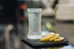 伏特加酒射击与柠檬切片 免版税库存照片
