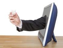 伏特加酒玻璃在男性手上倾斜电视屏幕 免版税库存照片