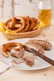 巴伐利亚人烤香肠和椒盐脆饼特写镜头  免版税图库摄影