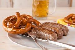 巴伐利亚人烤香肠和椒盐脆饼特写镜头  库存照片
