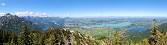 巴伐利亚高山和蓝色湖全景 免版税库存照片