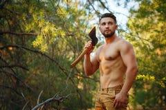 伐木工人拿着一把砍肉刀 免版税库存图片