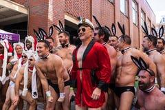 休・海夫纳照片的模仿姿势在圣诞老人司比杜奔跑 免版税库存照片