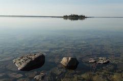 休伦湖镇静清楚的海岸线有岩石和海岛的 免版税库存照片