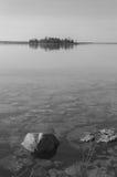 休伦湖镇静清楚的海岸线有岩石和海岛的b/w 免版税库存图片