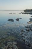 休伦湖镇静清楚的海岸线有石灰石的晃动 库存照片
