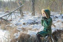 休假的少妇在冬天多雪的森林里户外 免版税库存照片