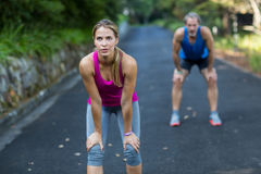 休假的运动夫妇在跑步以后 免版税库存照片