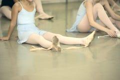休息一位年轻芭蕾舞女演员 图库摄影