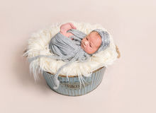 休息与眼睛的孩子广泛被张开 免版税库存照片