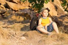 休息与他的背包的小男孩 免版税库存图片