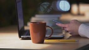 休息从计算机工作的妇女,联络与社会网络的朋友 影视素材