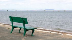 休息公园长椅和一个看法从低水桥梁的岸从Sedanka驻地到De Friz半岛横跨Amu 股票录像