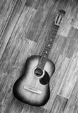 休息反对木背景的声学吉他 库存照片