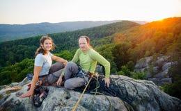 休息和享受美好的自然视图的登山人夫妇  免版税库存图片