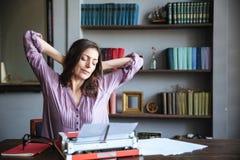 休息和伸手的一个可爱的妇女女作家的画象 库存图片