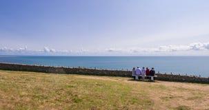 休息和敬佩在海角Carteret峭壁的家庭海景  巴尔纳维尔卡尔特雷,诺曼底,法国 库存照片