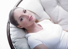 休息在一把安乐椅的疲乏的妇女由藤条制成 库存图片