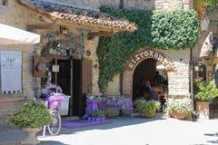 休息在中世纪城堡的小餐馆的人们 Grazzano 库存图片