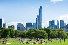 休息在中央公园-纽约的人们-美国 免版税库存照片
