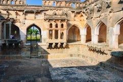休息在亨比中,印度废墟的印度人  免版税库存照片