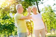 休息在体育锻炼以后的快乐的年迈的夫妇 图库摄影