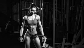休息在体育锻炼以后的性感的女孩行使 免版税库存照片