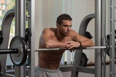 休息在健身俱乐部的健康年轻人 库存照片