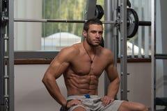 休息在健身俱乐部的健康年轻人 库存图片