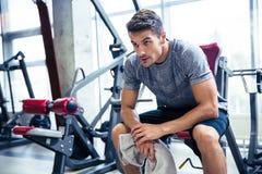 休息在健身房的健身人 免版税库存照片