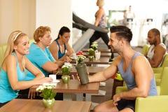 休息在健身房的青年人 免版税库存照片