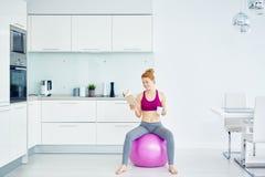 休息在健身锻炼以后的妇女 库存照片