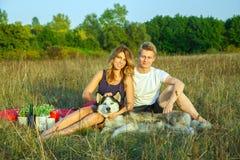 休息在公园的可爱的年轻美好的夫妇 库存照片