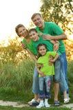 休息在公园的家庭 免版税图库摄影