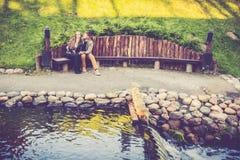 休息在公园的恋人 免版税库存图片