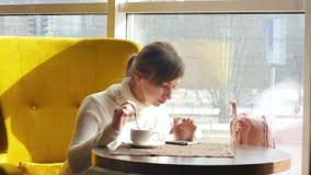 休息在午餐期间的美女,坐在咖啡馆 企业咖啡杯方便问题午餐开张了 慢的行动 影视素材