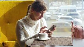 休息在午餐期间的美女,坐在咖啡馆 企业咖啡杯方便问题午餐开张了 慢的行动 股票录像