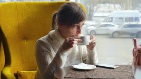 休息在午餐期间的美女,坐在咖啡馆 企业咖啡杯方便问题午餐开张了 慢的行动 股票视频