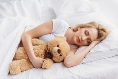 休息在卧室的年轻妊妇 图库摄影