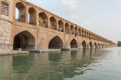 休息在古老桥梁Sio Seh波尔布特的人们 库存图片