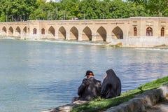休息在古老桥梁Sio Seh波尔布特附近的人们 免版税库存图片