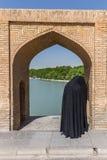 休息在古老桥梁Sio Seh波尔布特附近的人们 免版税库存照片