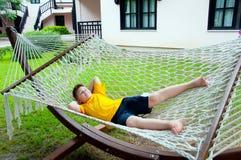 休息在吊床的男孩 免版税库存照片