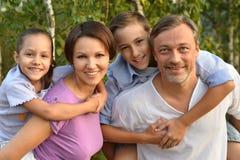 休息在夏天公园的家庭 免版税图库摄影