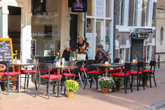 休息在室外咖啡馆的人们在阿姆斯特丹,荷兰 免版税库存照片